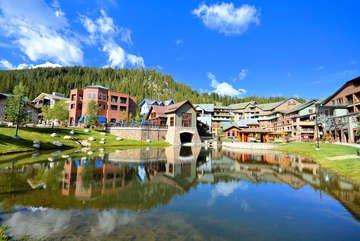 Op een steenworp afstand van het appartement is de Resort Pond. In de winter kunnen jij en je gezin schaatsen