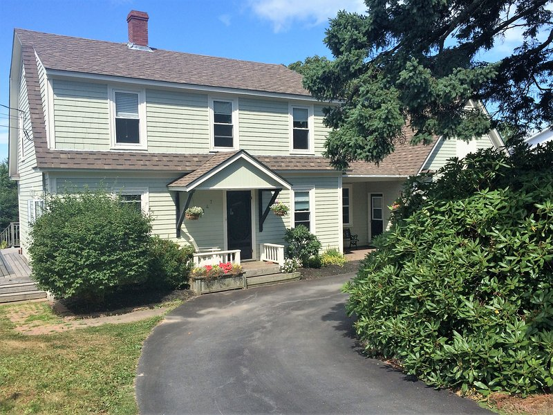 5 bedroom quiet and spacious retreat, location de vacances à Mahone Bay