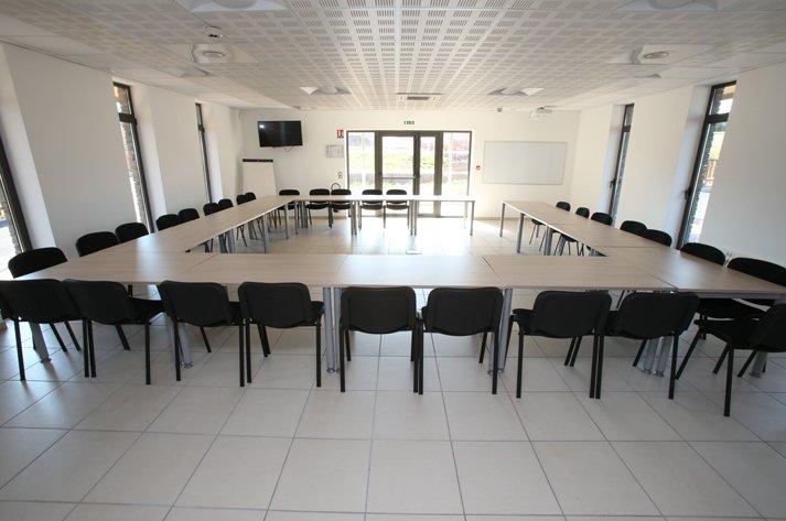 2 de 20 salas de reuniones y 30 personas con pantalla y un proyector para el alquiler en la demanda.