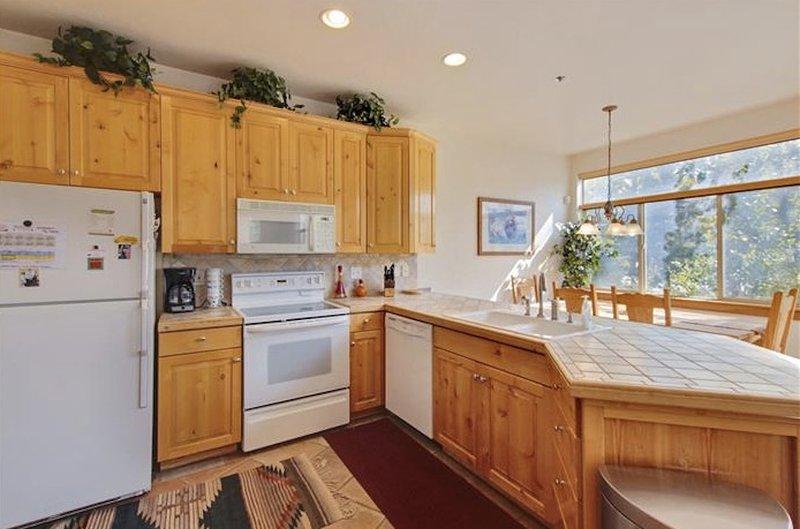 Schön eingerichtete Küche ist voll ausgestattet und alle Geräte. einen herrlichen Blick auf Skipisten in Schluchten