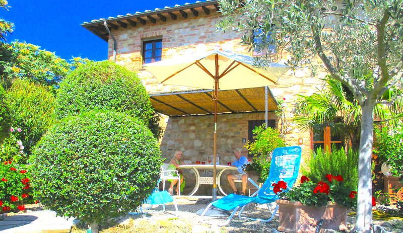 luxury cottage apt, pool, between San Gimignano and Volterra two Bedroom.WIFI., holiday rental in Palagio