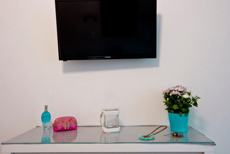 Both living room & bedroom feature 32' smart TVs