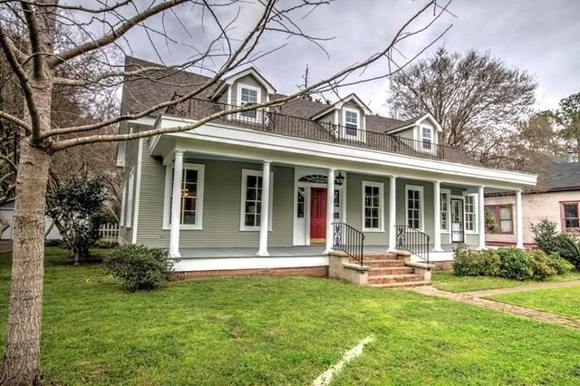 Natchitoches La 1901  Colonial with 4 bedrooms and 3 baths Walk to the  Christmas Festival