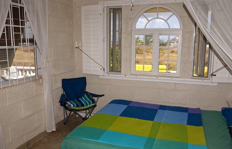 camera da letto vista oceano con un letto matrimoniale