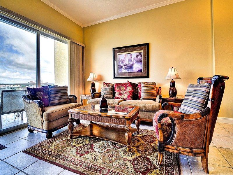 Amplia sala de estar tiene muchos asientos cómodos.