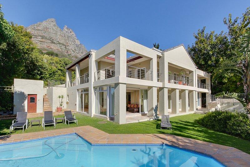 Bakoven Villa Sleeps 14 with Pool - 5400341, location de vacances à Camps Bay