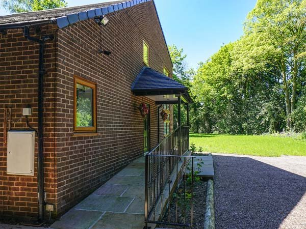 DUNSDALE LODGE, detached, luxurious, WiFi, ground floor bedroom, Frodsham, Ref, vakantiewoning in Hartford