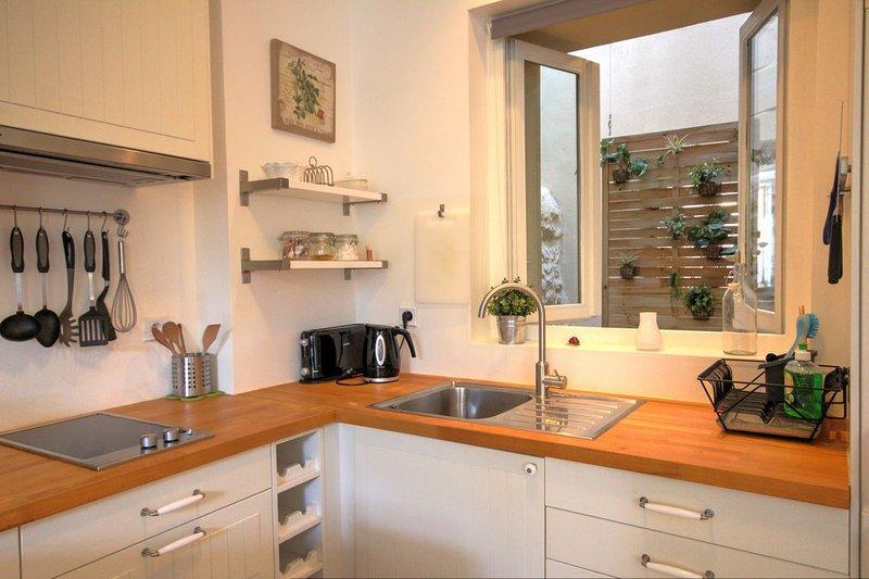 cozinha completa com forno de microondas bancada.