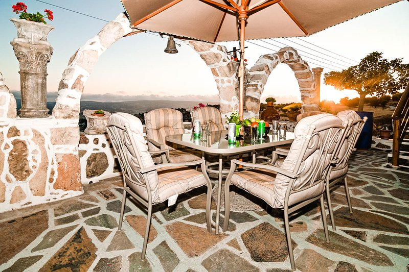 Luxury Village Retreat - 4 Bedroom House, holiday rental in Khoulou