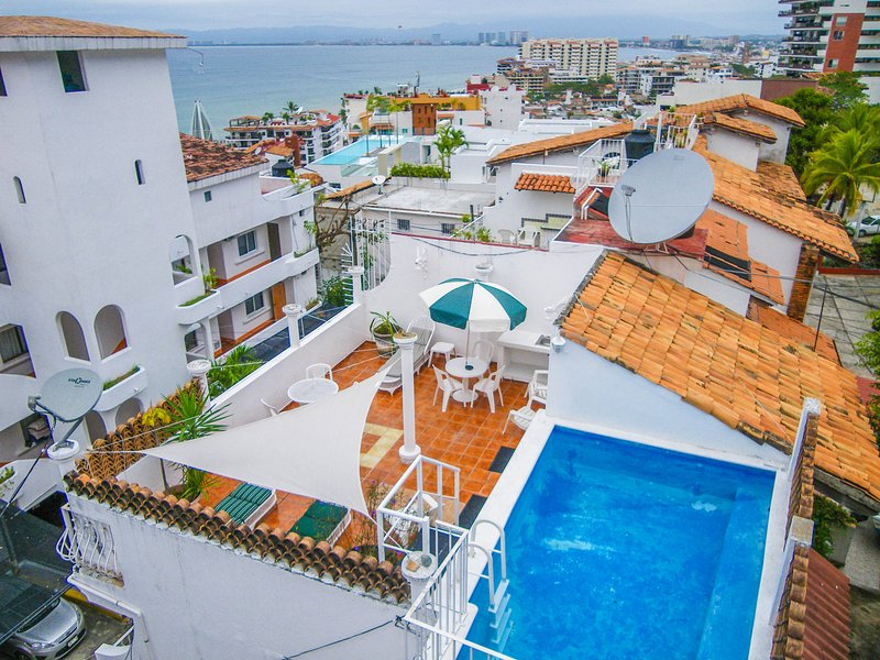 Casa Benito Townhouse with private pool & terrace, alquiler de vacaciones en Puerto Vallarta