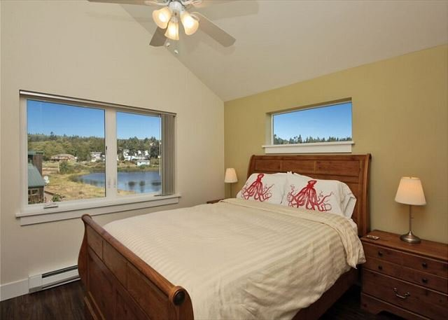 Queen room with view of lake