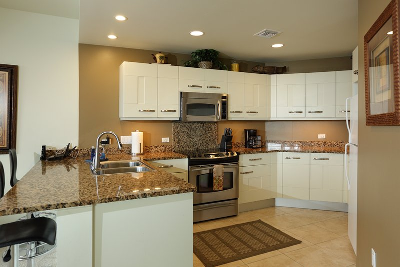 Vollständige Gourmet-Küche mit allen Geräten und Geschirr für die Familie die Mahlzeiten gemeinsam zu genießen.