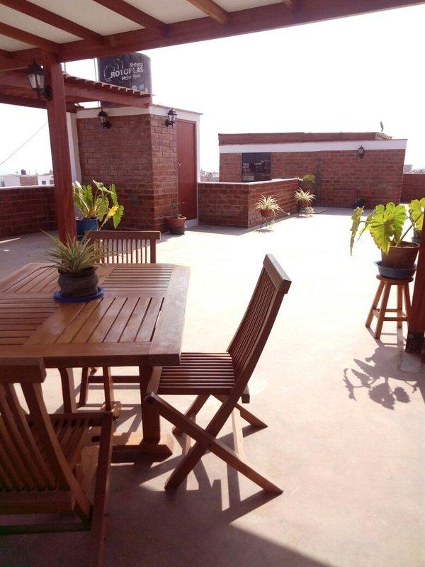 Dachterrasse mit Badezimmer und Grill