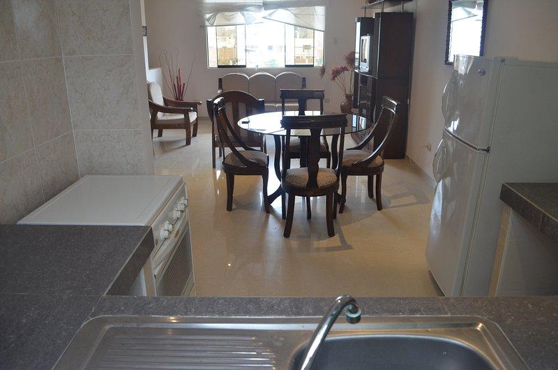 Voll ausgestattete Küche / großem Kühlschrank / Gasherd / Mikrowelle / Besteck & Überzug