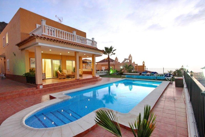 Villa with private pool and magnificent views in Costa Adeje, alquiler de vacaciones en Tenerife