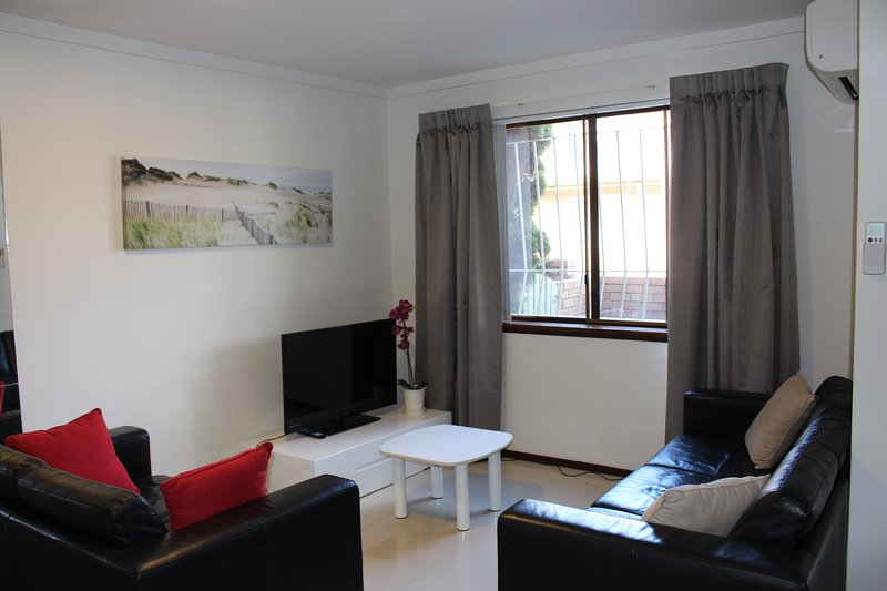 Excellently Located Spacious Ground Flr Apartment, location de vacances à Wattle Grove