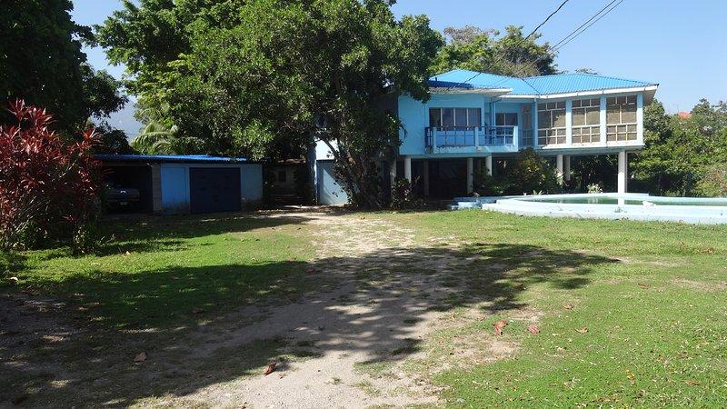 Frente a la casa, garaje y piscina de 100 pies de la puerta