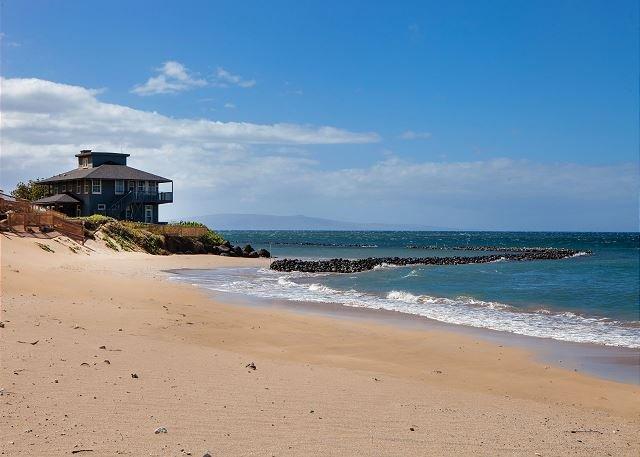 Playa de arena blanca en la calle de Kihei Bay Surf