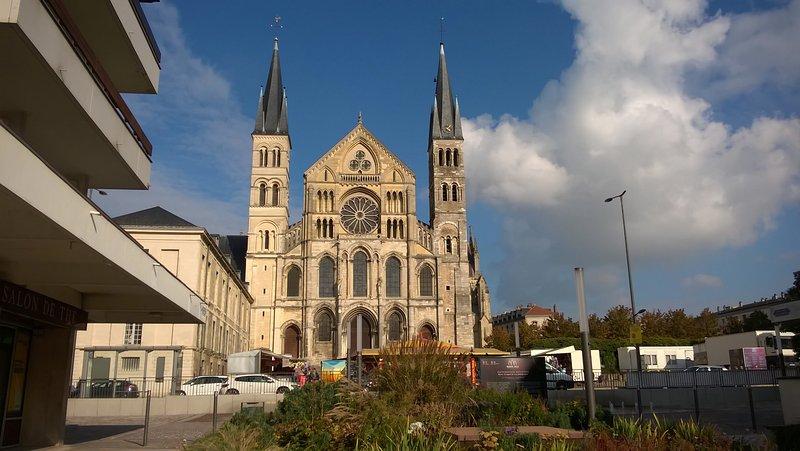 Appartement vue sur la Basilique St Rémi, location de vacances à Chigny les Roses