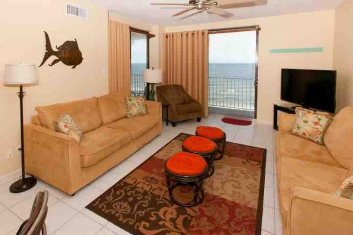 salon carrelé avec vue front du Golfe au 10ème étage