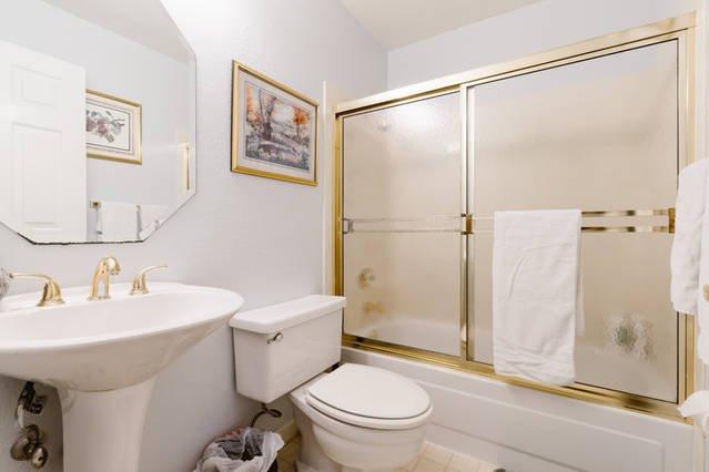 Complete badkamer beneden door de slaapkamer beneden