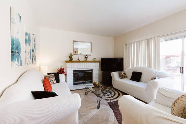 """Familiekamer met 55 """"TV, bankstel, open haard, met uitzicht op het zwembad"""