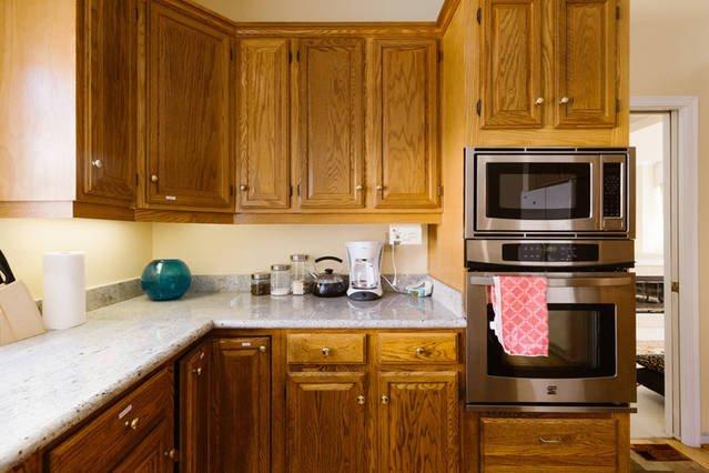 Keuken met kookeiland, granieten aanrecht, roestvrijstalen apparaten