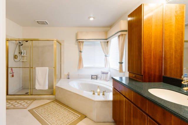 Master badkamer met douche, ligbad en wastafel