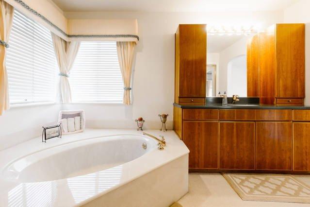 Master badkamer met douche, bad, en ijdelheid