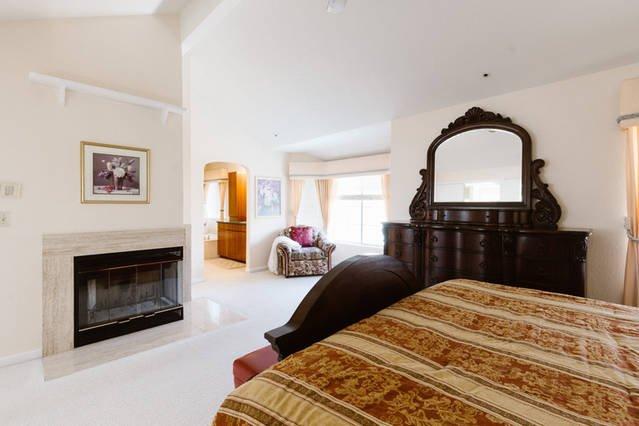 Ruime slaapkamer met Cal-King Bed, Dresser-set, open haard, stoel ...