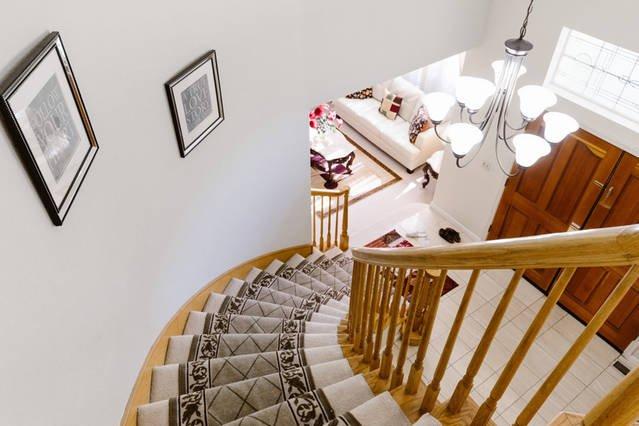 Gebogen trap naar de tweede verdieping