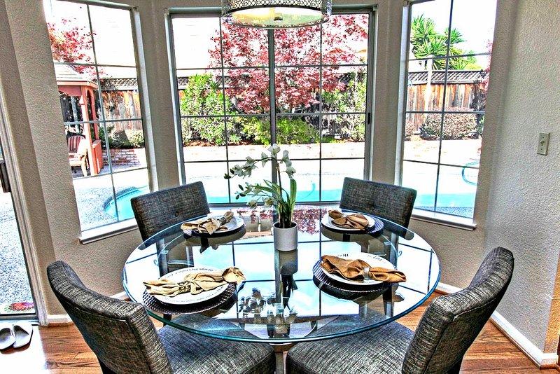 Keuken eettafel met uitzicht op het zwembad