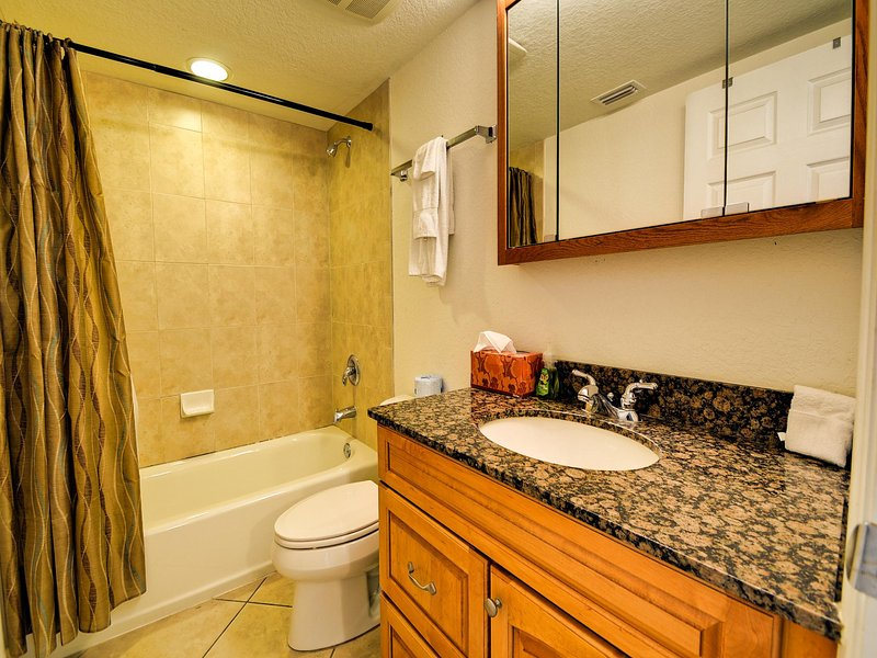 baño de visitas con encimera de granito