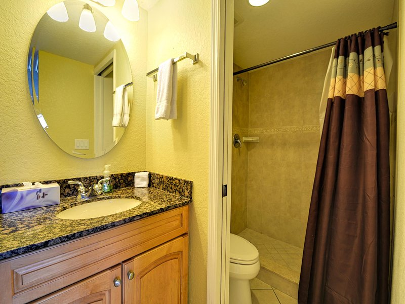 Cuarto de baño con acceso dormitorio principal