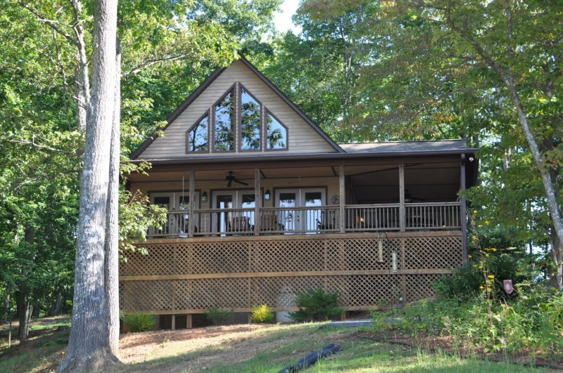 Bruins Den - Spacious Well Appointed Vacation Cabin with Fire Pit, View, Hot Tub, alquiler de vacaciones en Bryson City