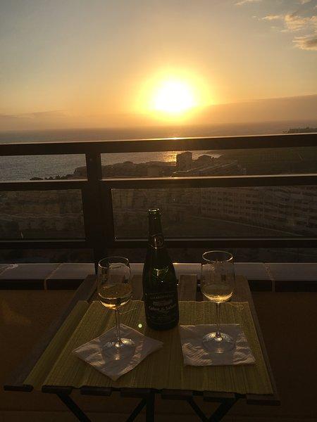 Apéritif sur la terrasse au coucher du soleil