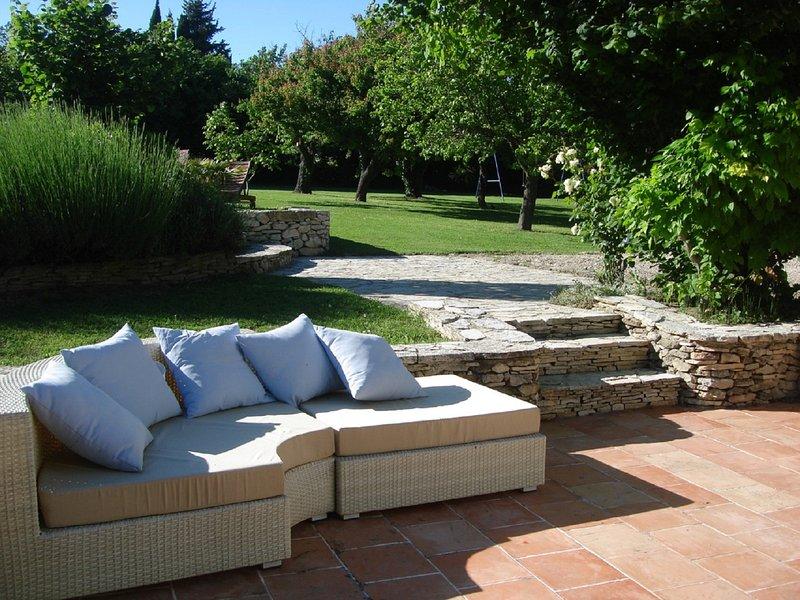 Maison provençale, jardin arboré et grande piscine, casa vacanza a Aurons