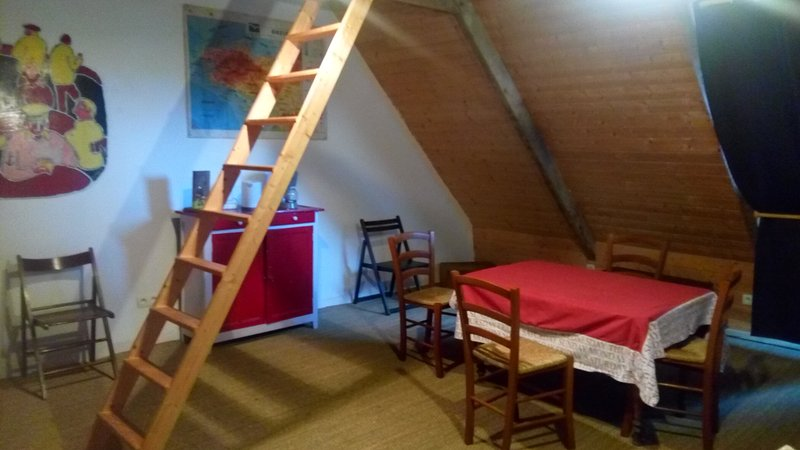 Un loft cosy sous les toits d'un couvent, vakantiewoning in Camlez