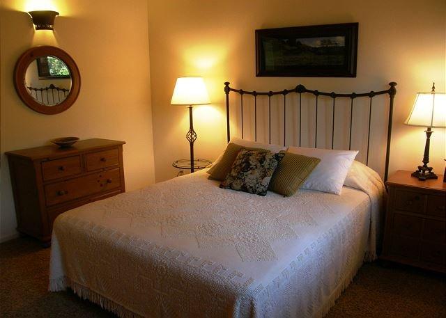 Une chambre à coucher. Lit de reine.