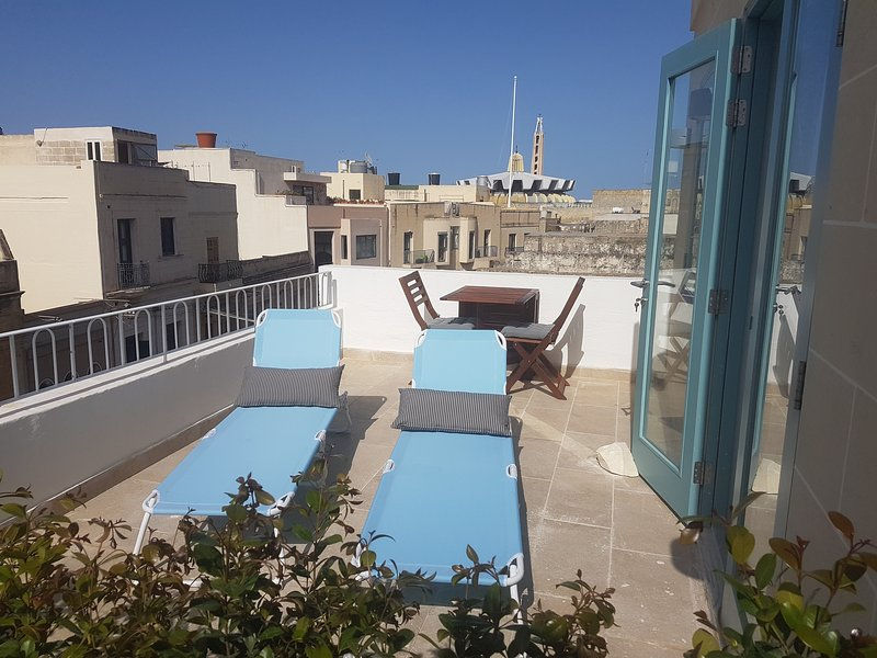 Penthouse & Terrace in Friendly Historic Townhouse, vacation rental in Haz-Zebbug