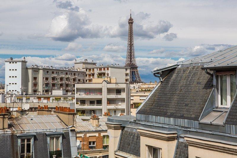 Superbe vue de la Tour Eiffel à partir de 5 fenêtres. Tower semble beaucoup plus proche / plus grande en personne