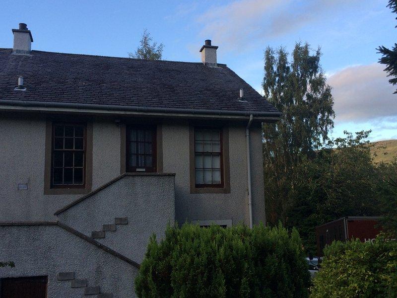 A entrada apartamento está a subir os degraus, completamente privado da casa principal.