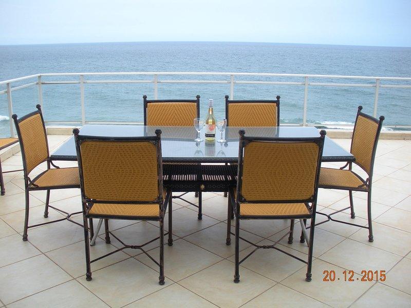 Cene con vistas a nuestro apartamento con vistas al mar hermoso