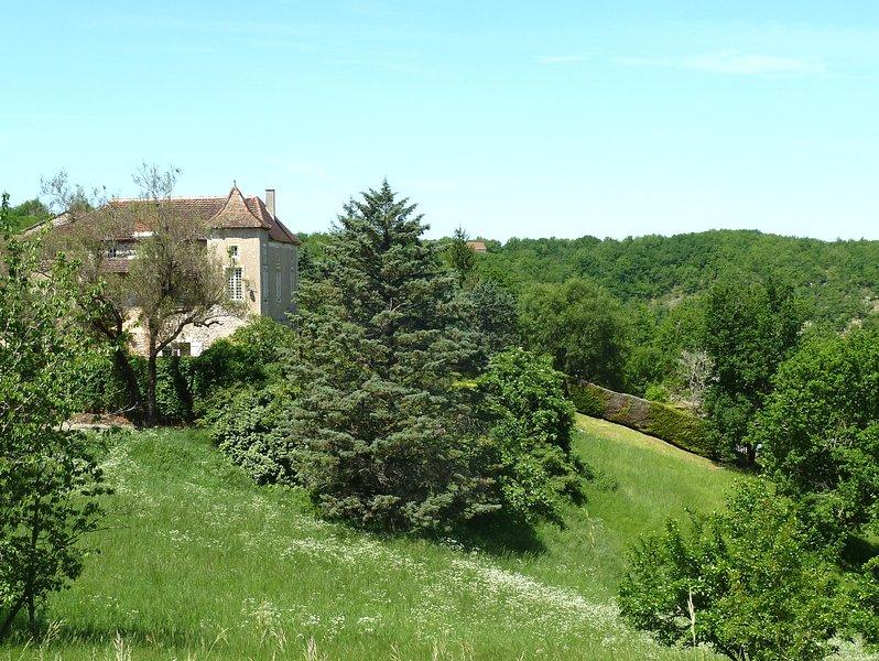 La maison de l'autre côté de la vallée - la piscine est située à droite