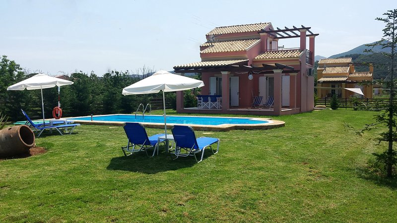 Lovely group of 5 independent Maisonettes very close to the beach !, vacation rental in Astrakeri