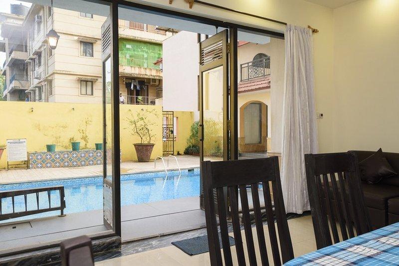 eigen buitenzwembad verbonden met keuken, bar en eetkamer gebieden.