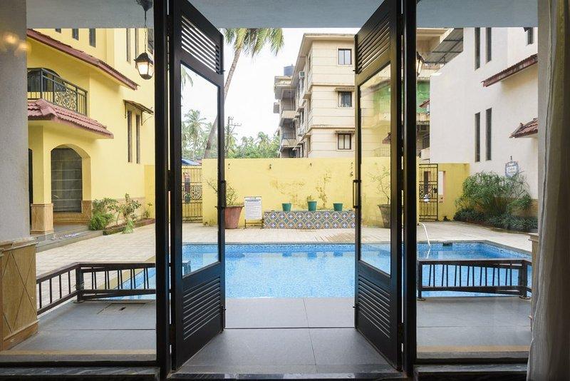 Buiten zwembad uitzicht vanuit de woonkamer.