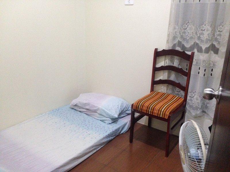 ha 1 finestra, ventilatore elettrico e può optare per divano letto, se non si vuole solo schiuma