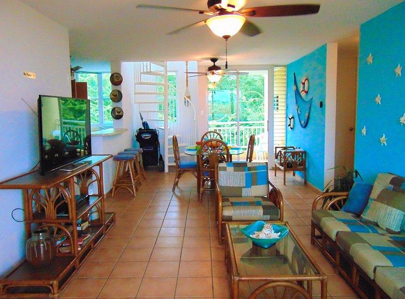 """sala de estar, totalmente amueblado, TV 50 """", DVD, carro de playa, sillas de playa y mucho más."""