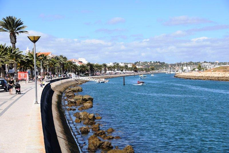 Paseo marítimo y canal de acceso al puerto pesquero y la Marina de Lagos